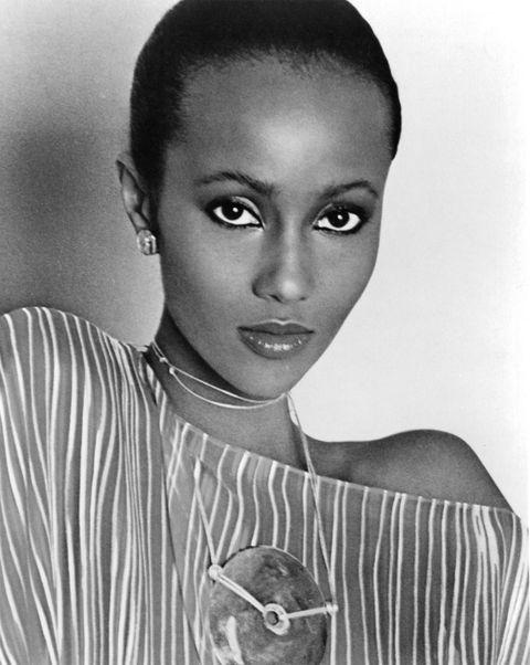 "<p>出身索馬利亞的傳奇超模Iman Abdulmajid,在熱愛非洲的攝影師Peter Beard引薦之下,為了賺取大學學費而踏上模特兒之路。憑藉纖細的頸部線條、修長四肢及來自異國的獨特神采,稱霸七、八O年代時尚圈,不僅成為Yves Saint Laurent、Azzedine Alaïa、Jean Paul Gaultier、Donna Karan等設計師的謬思,Iman的成功也同時成為非裔模特兒進入時尚圈的敲門磚。<span class=""redactor-invisible-space"" data-verified=""redactor"" data-redactor-tag=""span"" data-redactor-class=""redactor-invisible-space""></span></p>"