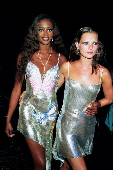 <p>比Kate Moss年長四歲的Naomi Campbell,不滿十六歲就踏入時尚圈,以被稱為「黑珍珠」的夢幻外型,登上1986年四月的英國版《ELLE》封面,自此快速竄起,成為模特兒界的明日之星。而十四歲時在JFK機場被發掘的Kate Moss,則是在1990年,因為一組由攝影師Corinne Day拍攝的雜誌專題,而成為時尚寵兒。</p>