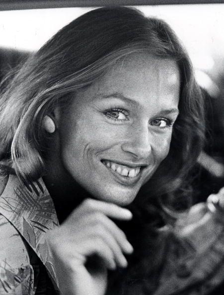 <p><span>近年在時尚界吹起一股牙縫超模風,而早在六〇年代,Lauren Hutton就以牙縫為傲,拒絕矯正的她保留了別於他人的特色,在模特圈迅速竄紅,儘管這被視為缺陷,也絲毫不掩她天生麗質的美,自信與熱情更寫下了經典傳奇。</span></p>