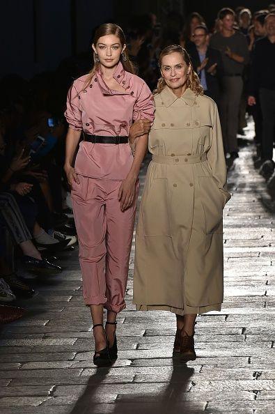 <p><span>今年九月,Bottga Veneta在米蘭時裝周五十週年大秀上,請來年過七十的Lauren Hutton與新生代模特Gigi Hadid共同謝幕,兩代模特為品牌里程碑寫下最貼切的註解,也讓我們看見,歲月在她身上所淬煉出的成熟底蘊。</span></p>