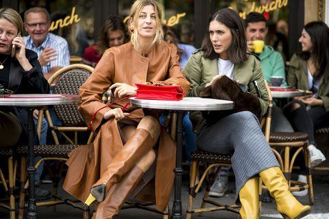 <p>對於喜愛皮草的Ada,這整身焦糖造型完美凸顯她內斂熟女的優雅質感,配件上選擇宮廷感的鮮豔珠寶,佐上一股貴氣氛圍; 義大利奢華精品店Luisa Via Roma的造型師Diletta Bonaiuti,上身中性的飛行夾克、下身淑女的針織長裙,休閒慵懶之餘,芥黃色的皮革長靴勾勒整身時髦氣息,與Ada的焦糖皮草一同體現絕佳質感。  </p>