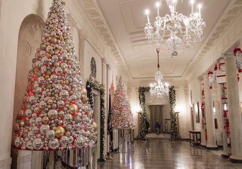 <p>常用來招待貴賓的藍廳門廊前,擺放泛著金屬光澤的球飾聖誕樹。</p>