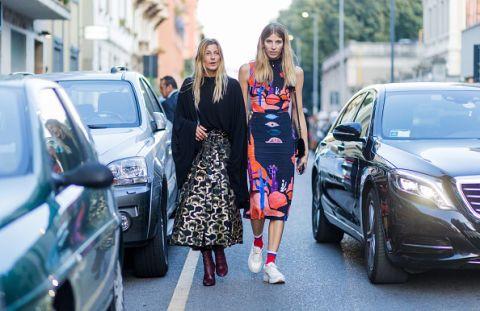 <p>寬鬆的針織衫也是Ada造型裡的必備單品之一,袖子的垂墜設計散發慵懶氣息,搭上立體的燙金A 字裙,氣質高雅; 德國精品購物網站Mytheresa.com的時尚編輯Veronika Heilbrunner ,腳踩休閒的運動襪與布鞋,和貼身的印花洋裝完美並容,青春的時髦造型,配上她的高挑身材與中性輪廓,散發無限天生魅力。  </p>