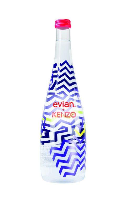 <p>主打自然玩趣風格的Kenzo,以藝術家導演David Lynch當年的最經典設計:隨意拼接的幾何裂紋為靈感,用充滿視覺張力的紫、黃及黑色線條搭上晶瑩剔透的礦泉水,使裂紋隨著水波動感十足,激盪出宛如放大鏡的奇妙視覺變化,為evian2015紀念瓶打造極具前衛又不失童趣的視覺圖騰。</p>
