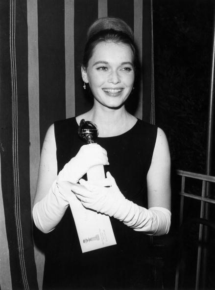 <p>1965年,Mia Farrow憑藉《巴塔西的槍 Guns at Batasi》一片拿下金球獎最佳新進演員獎,從那之後她的演藝事業日趨蓬勃。1968年,她參與Roman Polanski的《失嬰記Rosmary's Baby》,以該片躍升為好萊塢一線女星,片中小男孩般的極短髮也讓她成為了當時的流行Icon。  </p>