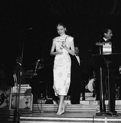 <p>1956年,當時金球獎還叫做Foreign Press Awards,Grace Kelly從George Peck手中接過最受歡迎女演員獎(Henrietta Award),她的一襲緞面旗袍素雅而高貴,氣質出眾。同年,她成為了摩納哥王妃。  </p>