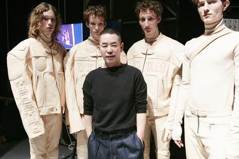 <p>將未來感輪廓玩轉於手,中性符碼跳躍蔓延,畢業於ESMOD首爾分校的設計師Jung Wook Jun,經歷各大品牌的工作經驗洗禮,1999年,在首爾創立了個人品牌Lone Costume。2007年,Jung Wook Jun以「Juun. J」之名進軍巴黎時裝周,融合軍裝、運動、街頭風格,及精細剪裁的設計,晉升男裝設計界的新勢力。2016年,還成為首位在男裝界地位崇高的佛羅倫斯男裝展Pitti Uomo展出的韓國設計師。</p>