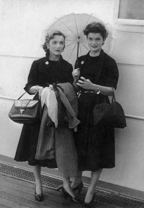 <p>本名Jacqueline Lee Bouvier的Jacqueline Kennedy,1929年出生於紐約,父親是證券經理人,母親則是社交名媛,小她四歲的妹妹則是知名的名媛兼室內設計師Lee Radziwill。從小就表現出過人聰穎的Jackie,在大學主修法語文學,期間還曾到法國遊學,日後以第一夫人身分參訪法國,與戴高樂總統會面時獲得極高評價。</p>