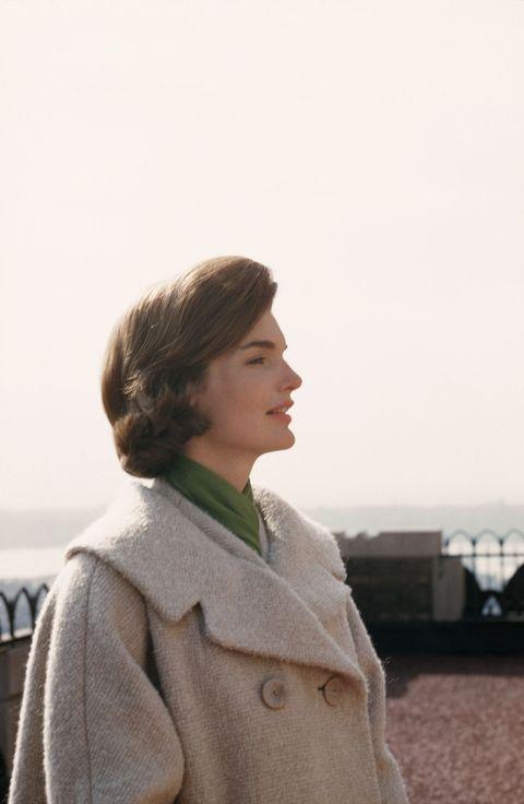 <p><span>「Jacqueline Kennedy給了美國人民一項他們長久以來缺乏的事物──宛如皇室的威儀。」──倫敦晚報</span></p>    <p>1963年11月22日,Jackie Kennedy身著那套沾著鮮血的粉紅色Chanel套裝,以過人的智慧和堅毅面對暗殺悲劇,懾人槍響,讓她卸下第一夫人頭銜,卻也使她成為美國歷史上恆久不滅的傳奇。</p>