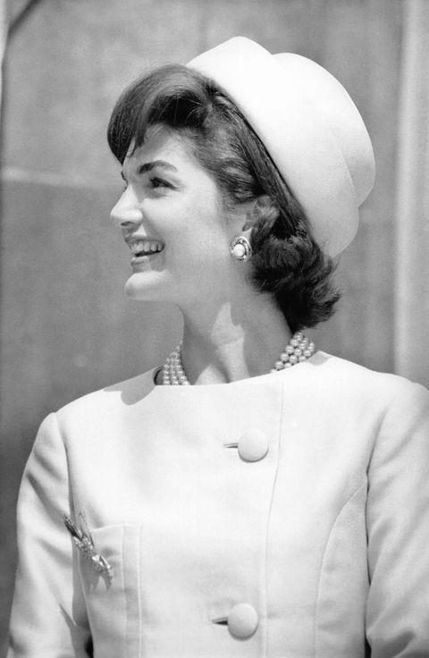 <p>美國歷史上最為知名的第一夫人Jackie Kennedy對時尚的熱愛眾所皆知。多次入選最佳衣著,並被美國婦女奉為穿著範本的她,在第一夫人任內,時常身著Chanel、Dior及Givenchy等法國品牌服裝,也聘用美國設計師Oleg Cassini為她設計衣著。出席外交盛會時,巧妙結合優雅與時尚的禮服選擇展現絕佳品味,平日公開活動時,則以平頂圓帽(Pillbox hat),搭配雅致套裝及手套的經典形象深植人心,打造跨越時間洪流的亙久風格。</p>