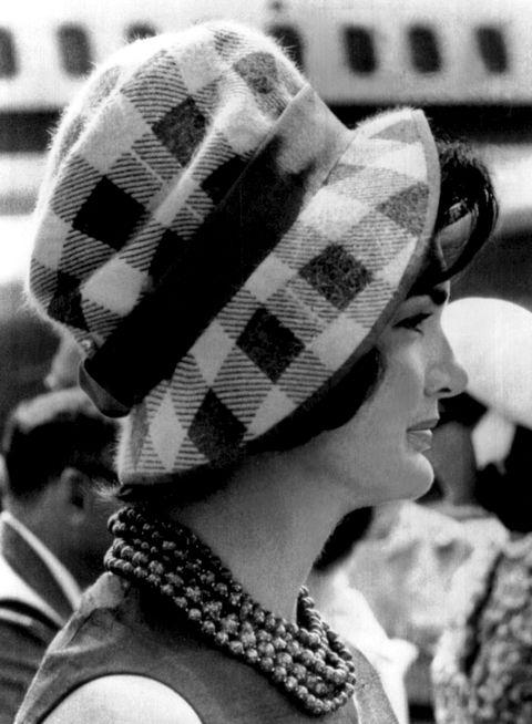 <p>除了線條直挺的平頂圓帽外,柔軟的毛呢帽也是Jackie常穿戴的單品,與線條俐落的套裝或洋裝搭配之下,往往能創造出更加女性化的溫柔形象。</p>
