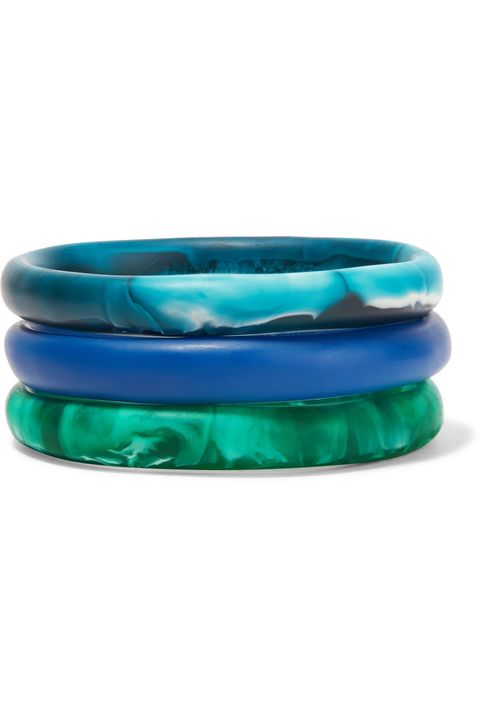<p> 藍綠色調樹脂手環組,約5,300,Dinosaur Designs at Net-A-Porter。</p>