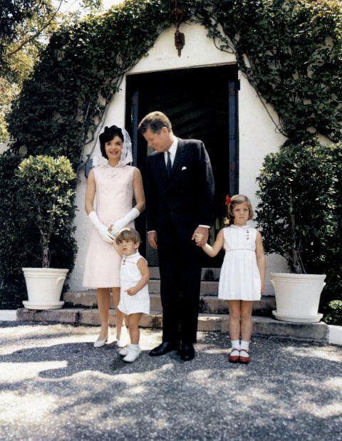 "<p>約翰甘迺迪的父親Joseph P. Kennedy,於1993年買下位於西棕櫚灘的別墅。在前約翰甘迺迪總統就任期間,這棟別墅有「夏日白宮」的暱稱,是第一家庭逃避紛擾的最佳地點,2014年,這棟別墅出售,開價3,850萬美金(約12億台幣)。</p>  <p><strong data-redactor-tag=""strong"">待在哪裡:</strong></p>  <p><a href=""https://www.thebreakers.com/"" target=""_blank"" data-tracking-id=""recirc-text-link"">The Breakers</a>,於沿海地帶,占地140英畝(約58甲地),擁有眾多SPA設施,是棕櫚灘最富麗堂皇的飯店,在那兒你可以從事約翰甘迺迪最愛的運動──高爾夫。</p>  <p><strong data-redactor-tag=""strong"">吃在哪裡:</strong></p>  <p>約翰甘迺迪最愛的漢堡店Hamburger Heaven,已於2015年歇業。你還是可以從<a href=""http://www.browardpalmbeach.com/restaurants/the-ten-best-burger-restaurants-in-palm-beach-county-7668041"" target=""_blank"" data-tracking-id=""recirc-text-link"">當地人最愛的10家漢堡店</a>,擇一享用美味的一餐。 </p>"