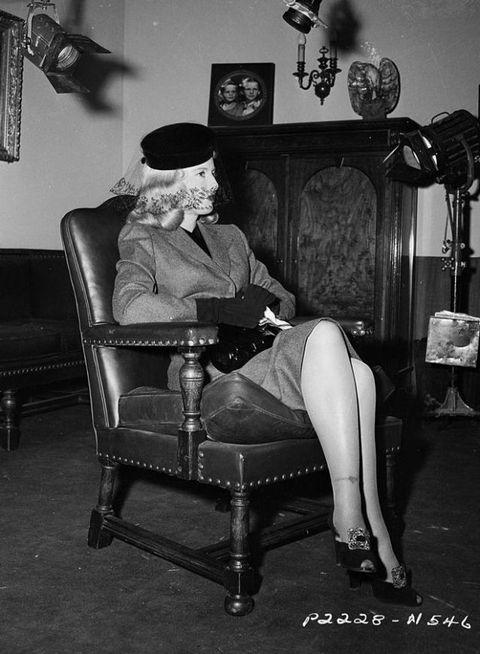 <p>Edith Head替女星Barbara Stanwyck設計的服裝優雅且帶點嫵媚風情,完美型塑片中女主角的蛇蠍美人形象,而該片也成功讓原本默默無聞的Edith Head與Barbara Stanwyck開始受到大眾注意。</p>  <p>電影《雙重賠償Double Indemnity》,1944 。</p>