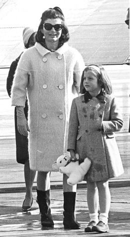 <p>年幼的Caroline Kennedy穿著典雅的雙排釦大衣,手上抓著一只絨布玩偶,十分俏皮可愛。</p>