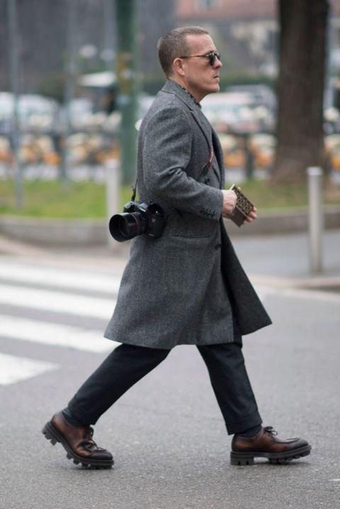 <p>中長板排釦大衣、剪裁得當的長褲與深色墨鏡,是他的穿搭公式,簡約的搭配讓他能輕易隱身於街頭,但定神一看,又可見其高超的品味與時尚態度。</p>