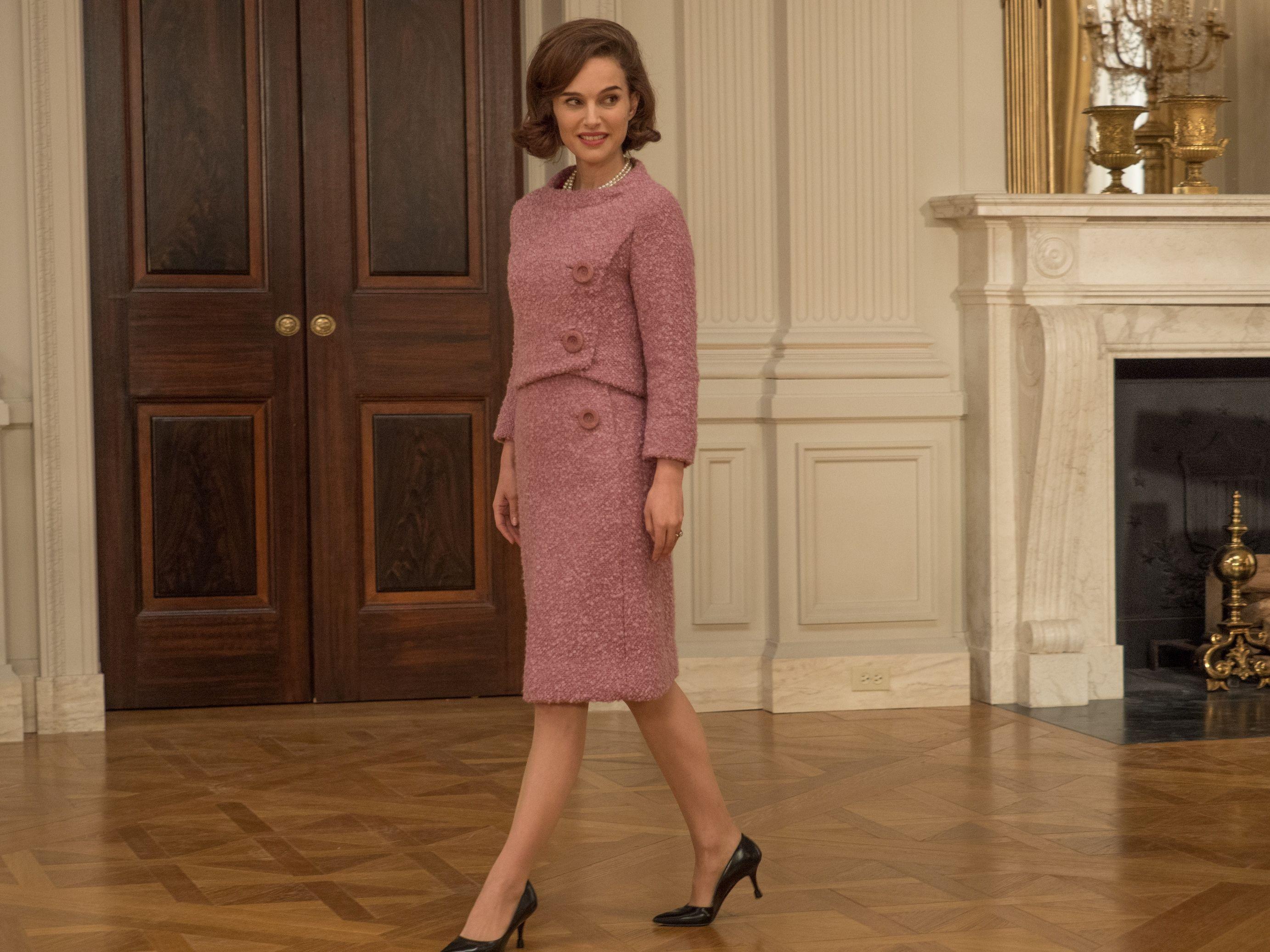 <p>Natalie Portman 曾經演出過許多極具象徵性的角色,而最近期的作品《第一夫人的秘密》更讓她入圍了奧斯卡最佳女主角。電影中,她頂著前第一夫人 Jackie Kennedy 經典的蓬鬆鮑伯頭,設計團隊讓她搖身一變,完美化身為美國傳奇第一夫人。</p>