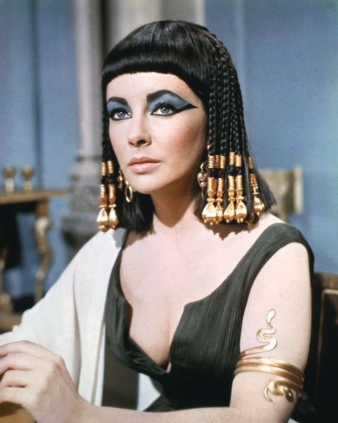 <p>在 1963 年的經典電影《埃及豔后》中,利用大量的珠子或是精緻的頭飾,Elizabeth Taylor 輕鬆地撐起屬於埃及豔后的霸氣與性感。</p>