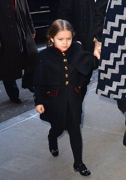 <p>Burberry的迷你軍裝優雅迷人,紅色輪廓的勾勒讓海軍藍在她身上不會顯得過於沈重,金色鈕扣也顯得精緻,一雙Gucci漆皮鞋搭配更讓她的氣質倍出。  </p>