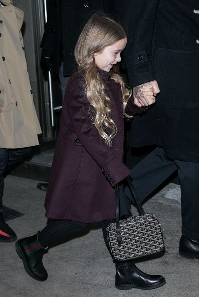 <p>          同樣是Burberry大衣與Gucci鞋款的搭配,暗紫色大衣細緻典雅,加上皮靴則多了一點小女孩的活潑氣息。  </p>