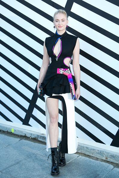 <p>年僅21歲的英國演員Sophie Turner,因飾演《冰與火之歌:權力遊戲》中Stark家族長女Sansa Stark,而成為高人氣與高知名度的影壇新星。擁有高冷豔氣的她總能完美駕馭Louis Vuitton線條分明的設計,冰山氣質中有著前衛姿態,貼合品牌近年來強調的未來感。</p><p>          滾著繽紛輪廓的黑裙,以分明剪裁透露出未來運動感,將金髮俐落梳起的Sophie Turner宛如整裝待發的時尚女戰士,性感而飽含女孩力量。  </p>