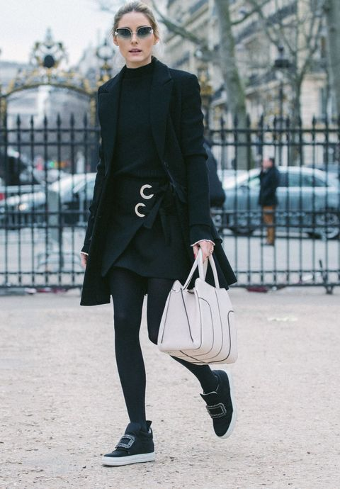 <p>紐約名媛Olivia Palermo一貫的俐落都會風格提上典雅白色,全黑淑女套裝讓都會白包款成為亮點,側面的包型曲線展現中性之美。</p>