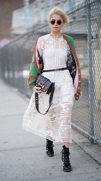 <p>蕾絲為全身籠罩上一股浪漫唯美,然而Gucci細皮帶的點綴修飾了比例,也呼應腳上的皮靴,再加一件針織外套與復古墨鏡,誰說當淑女的同時不能耍酷?  </p>
