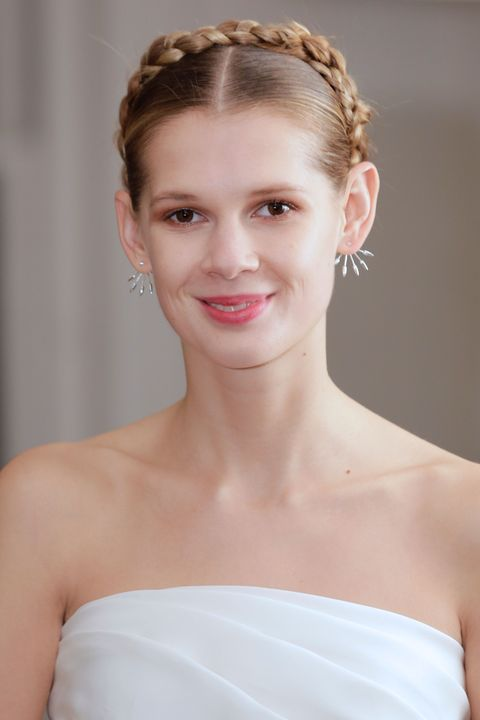 Hair, Headpiece, Face, Hairstyle, Hair accessory, Bridal accessory, Eyebrow, Beauty, Skin, Dress,