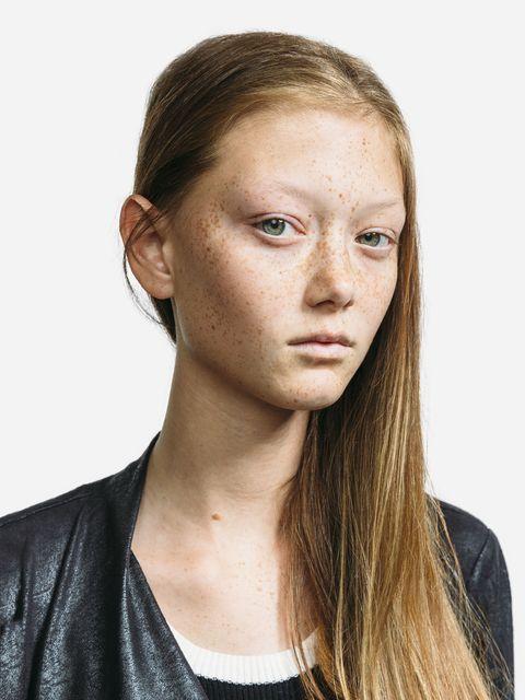"<p>來自美國德州的青春少女,從小夢想踏入時尚之都紐約和模特兒行業,2016年於Proenza Schouler秀場,她以精靈形象和臉龐的雀斑獲得時尚評論者的注目,並被稱作「秀場上帶著時尚絕倫的雀斑臉龐,而鋒芒畢露的模特兒」。年僅17歲的她,在完成高中學業後,於2017秋冬時裝週,再度以模特兒之姿踏上Prada和Calvin Klein秀場,驚艷時尚界。<span class=""redactor-invisible-space""></span></p>"