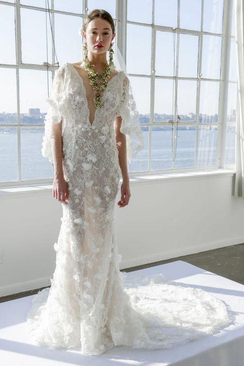 <p><span>巴洛克風格蕾絲訴說著別緻風格,加上垂墜水袖與曳尾設計,讓禮服在若隱若現的性感中,同時保有婚紗的高雅風格,搭配古董感金色飾品,更顯復古華美。</span></p>  <p>Marchesa 2017春夏婚紗系列。</p>