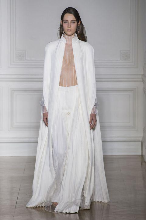 <p><span>細膩衣褶搭配夢幻透紗,儘管穿著褲裝,空靈飄逸的氣息不減,寬鬆的褲管設計,更顯慵懶自適。</span></p>  <p>Valentino 2017春夏高訂系列。</p>