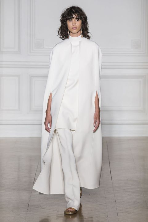 <p>褪去所有裝飾性細節,用高明剪裁訴說優雅氣質,加上披風設計,即使搭配平底鞋依然氣勢十足。</p>  <p><span>Valentino 2017春夏高訂系列。</span></p>