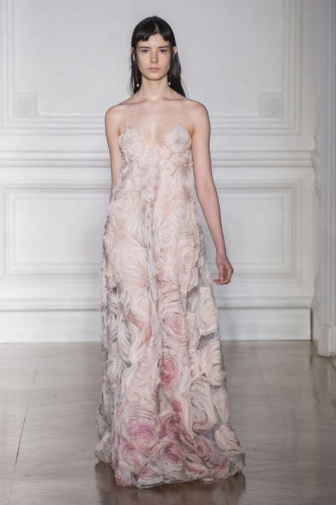 <p>近似於裸膚色調的清淡粉色在裙襬處渲染出夢幻漸層,與細緻手工勾勒出的玫瑰花樣,一同唱和,共譜一場仙境花園裡的幸福樂章。</p><p>Valentino 2017春夏高訂系列。</p>
