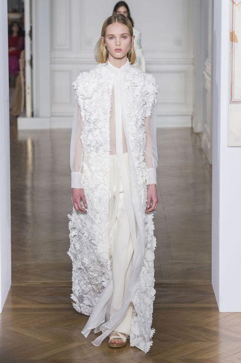 <p><span>立體花朵裝飾背心讓襯衫與及地寬褲的搭配洋溢浪漫氣息,也在一片純白中,創造宛如花田般,層次錯落的美麗景致。</span></p>  <p>Valentino 2017春夏高訂系列。</p>