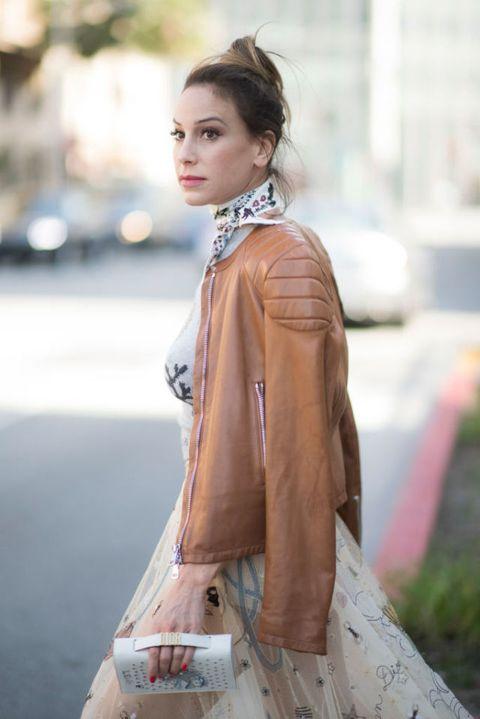 "<p>彈性且多元的紮綁手法,使領巾魅力歷久不滅。讓綁結落於脖子側邊,較正面更具俏皮可人的配飾氛圍;而領飾上的花漾則與洋裝的刺繡相映成趣,隨興披上溫潤的駝色皮外套,營造出溫柔卻不甜膩的浪漫裙裝造型。<span class=""redactor-invisible-space"" data-verified=""redactor"" data-redactor-tag=""span"" data-redactor-class=""redactor-invisible-space""></span></p>"