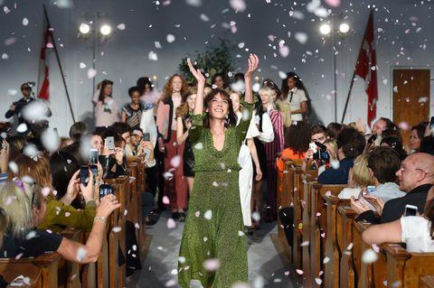 擅於混搭懷舊和現代元素的Alexa Chung,以獨樹一幟的風格成為英國IT Girl始祖,去年6月她宣布推出同名品牌ALEXACHUNG,消息一出,讓許多喜愛她獨特美學的粉絲引頸期盼。終於在今年五月末將籌備已久的服裝正式亮相,首次大秀選在倫敦攝政公園的丹麥聖凱瑟琳教堂,為首發的早秋系列渲染濃濃復古情韻。