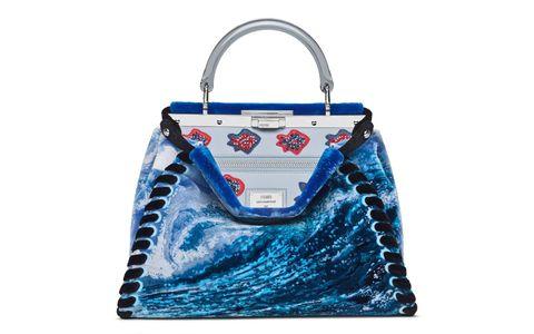 <p>奧運跳水冠軍郭晶晶,<span>以海上的浪為靈感,設計團隊將古老法式編織毛毯工藝「Punto Tappeto」與現代科技相融應用,打造細緻大海視覺;內側以水晶珠繡出魚的圖案,為這份蔚藍抹上澎湃。</span></p>