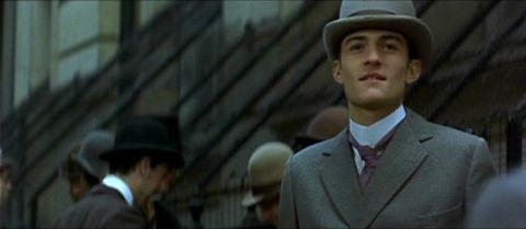 "<p><span>Orlando Bloom的首部螢幕作品,獻給維多莉亞時代大文豪王爾德的愛情故事,才剛滿20歲年輕俊美的小奧蘭多,在電影中演出一名男妓,即使戲份不重,穿著整套灰西裝,搭配小禮帽的紳士造型,只說了一句「找人嗎?」便讓人印象深刻,為他後來的電影成就埋下了伏筆。</span><br><strong data-redactor-tag=""strong"" data-verified=""redactor""></strong></p>"