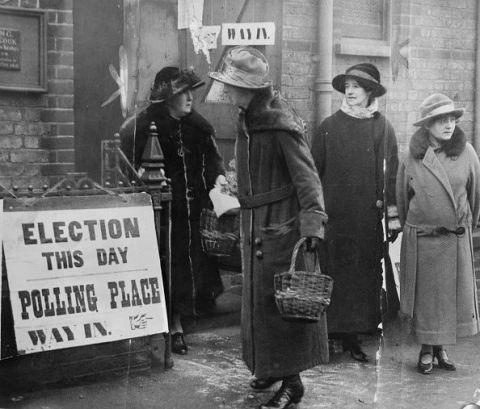 <p>一次世界戰將大多數的男性帶到了沙場前線,女人們挑起了社會上的工作責任,為了方便活動,佔據女性衣櫥四百年的馬甲,在此時期面臨到被淘汰的命運,而「自決」的權利也在這個世代開始被重視,促進了女性投票權的爭取以及著裝的自由。<br></p>