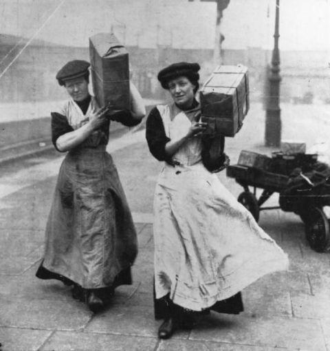 <p>1915年,擔任搬運工人的女性。</p>