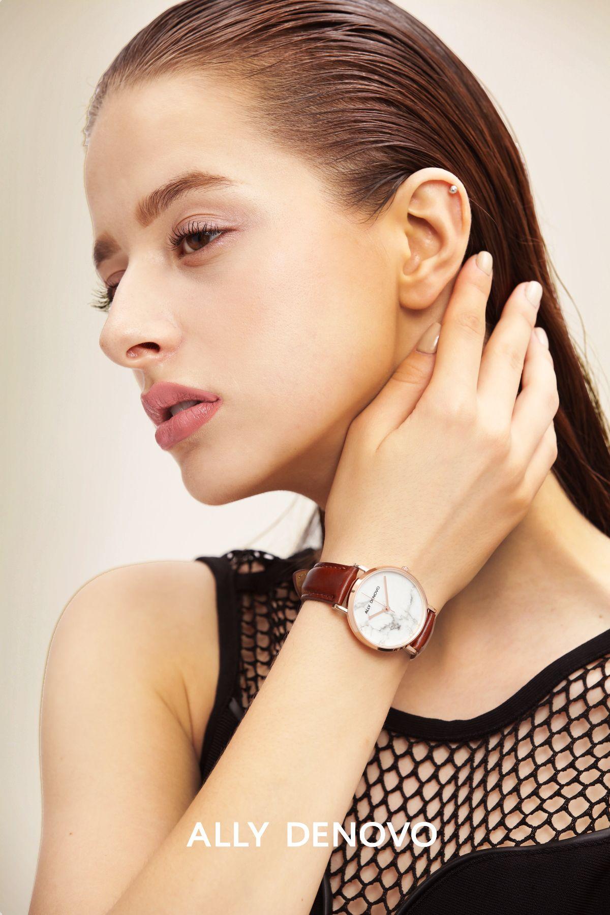 "<p>品牌經典的菱形琉璃錶款,由珍珠母貝手工拼製而成,滿足你獨一無二的纖細美感,而以簡約設計風靡眾人的大理石錶款,則是從石材切割開始,都在義大利的大理石重鎮製作,其圖紋各異的天然石材也提供另類的視覺感受。<span class=""redactor-invisible-space""></span></p>"