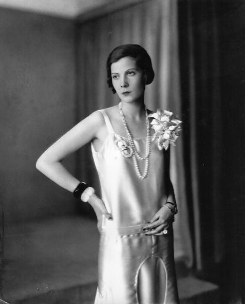 <p>紙醉金迷的20年代,在那些派對女人的身上已經不見任何馬甲的束縛,寬鬆舒適的絲綢與薄紗才是當時的主流,展現性感魅力的同時也能享受自在。</p>