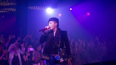 Microphone, Entertainment, Musician, Audio equipment, Event, Music, Performing arts, Music artist, Artist, Purple,