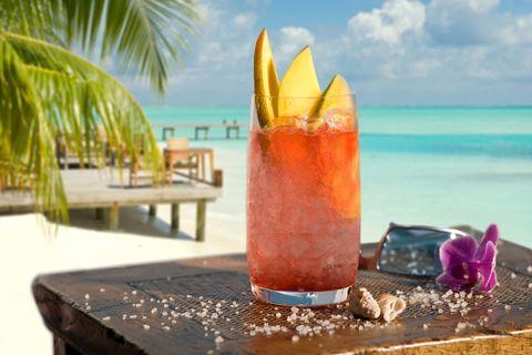 """<p>以伏特加為基底,加上嗆口桃子酒、橙汁、蔓越莓汁,均勻搖晃後倒入高球杯中,最後放上手工精雕的橙子片,完成這杯性感海灘。這杯酒背後充滿著性暗示,若是有男子送你這杯酒,那他是在讚揚你的身材火辣,甚至想和你來場一夜情。</p><p><em data-redactor-tag=""""em"""" data-verified=""""redactor"""">颶風杯 425ml</em></p><p><em data-redactor-tag=""""em"""" data-verified=""""redactor"""">卡路里:204</em></p><p><em data-redactor-tag=""""em"""" data-verified=""""redactor"""">      </em></p><p><em data-redactor-tag=""""em"""" data-verified=""""redactor"""">糖:48克(大約12茶匙)</em></p>"""