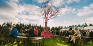 <p>冰島得天獨厚的自然風光,加上特別的地理位置,秘密夏至音樂節主打72小時不間斷的音樂與陽光,在藍天白雲綠地,大自然的視覺饗宴中,舉辦音樂派對。Secret Solstic更獨家成為世界上第一個在冰川內舉行的音樂派對,邀請你來一趟光合作用,從音樂中找回青春活力!</p>