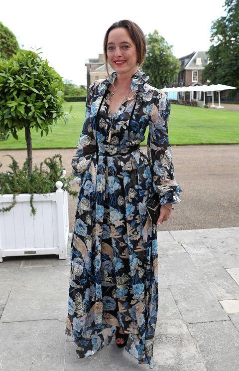 "<p>時尚設計師Alice Temperley以一襲連身飄逸長裙現身,盛放的牡丹、寫實的蝴蝶及眼睛的特寫重複構成圖騰,在藍色調的襯托下,抽離了荷葉滾邊過分甜美的氣息,成就出唯美又奇幻迷離的穿搭。<span class=""redactor-invisible-space""></span></p>"