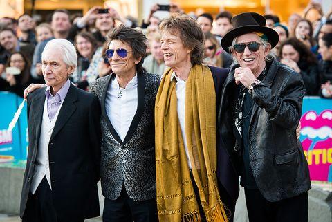 <p><span>作為英國搖滾精神指標─滾石樂團的創始團員之一,Mick Jagger自1962年擔任樂團主唱以來,便不斷耕耘與創作逾半世紀,他對搖滾樂貢獻之卓越,令紅透半邊天的新生代樂團魔力紅</span><span>Maroon 5,為他譜寫一曲《Moves like Jagger》向他致敬,足見他在當代樂壇地位。而詞曲中輕快帶著雅痞的風格,正是Mick Jagger的性格寫照。</span></p>  <p>憑著獨特嗓音及曲風,Mick Jagger將滾石從駐唱樂團一路帶向世界之巔,職業生涯橫跨50年,被稱作「搖滾史上最受歡迎和最有影響力的主唱之一」的他,音樂造詣有目共睹,在穿搭上更真實反應他的真我性情。</p>  <p>Mick Jagger的穿衣風格承襲了60年代藍調的不羈與隨興,並融入搖滾樂的剛毅精神,將叛逆靈魂與赤誠之心化為穿搭,展現於世人,也就是這樣的率真,讓Mick Jagger終成一代樂壇傳奇。</p>