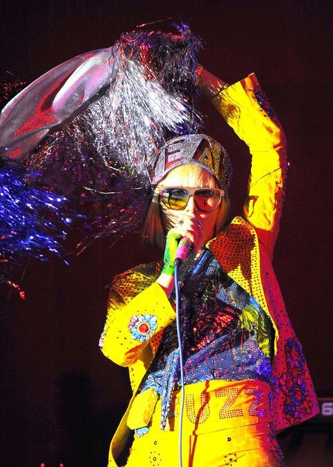 "<p>        2013年,《Mosquito》專輯巡迴現場,由Karen O長期合作的設計師Christian Joy設計的艷黃西裝,與樂團的張狂曲調不謀而合。<span class=""redactor-invisible-space""></span></p>"