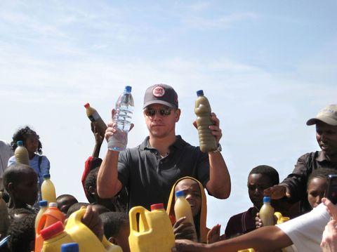 "<p>還記得當年的冰桶任務中,麥特戴蒙拿馬桶水淋了自己一頭濕嗎?麥特戴蒙從2009年就與水資源的專家 Gary White共同創辦了water.org基金會。麥特曾在衣索比亞鄉下看見小孩到小水池旁汲水,水池的水都已變成巧克力牛奶般的渾濁顏色,可是這些小孩還是用容器把水舀起來,帶到學校去喝。看到這景象的麥特決心全力幫助開發中國家改善用水危機。  <span class=""redactor-invisible-space""></span>  <span class=""redactor-invisible-space"" data-verified=""redactor"" data-redactor-tag=""span"" data-redactor-class=""redactor-invisible-space""></span></p><p><span class=""redactor-invisible-space"" data-verified=""redactor"" data-redactor-tag=""span"" data-redactor-class=""redactor-invisible-space""><iframe width=""500"" height=""281"" src=""//www.youtube.com/embed/CezkRO3_r0c"" frameborder=""0"" allowfullscreen=""""></iframe><span class=""redactor-invisible-space"" data-verified=""redactor"" data-redactor-tag=""span"" data-redactor-class=""redactor-invisible-space""></span><br></span></p>"