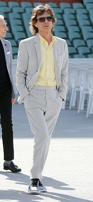 "<p>脫去深色系重金屬搖滾風格,他選擇黑白細條紋西裝詮釋清爽氛圍,襯衫也大膽選用暖色調的鵝黃,更顯年輕活力。<span class=""redactor-invisible-space""></span></p>"